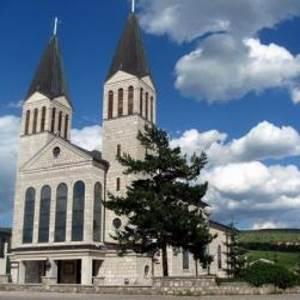Publikacija o izgradnji Crkve sv. Ive dijeljena prilikom blagoslova obitelji