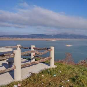 FOTO: Opet se baca smeće, pišu ružni grafiti i uništavaju ograde na odmorištu kod crkve sv. Ilije na obali Buškog jezera (Rešetarica)